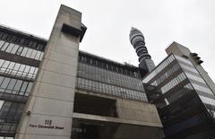 L'opérateur télécoms BT a demandé à l'autorité britannique de la concurrence (CMA) de passer directement à un examen en bonne et due forme de son projet d'acquisition d'EE, filiale de téléphonie mobile en Grande-Bretagne d'Orange et de Deutsche Telekom, sans passer par une procédure préliminaire. /Photo prise le 26 février 2015/REUTERS/Toby Melville
