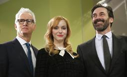 "Atores de ""Mad Men"" John Slattery, Christina Hendricks e Jon Hamm posam para fotos em Washington. 27/03/2015 REUTERS/Kevin Lamarque"