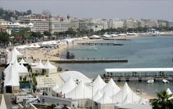 """La ville de Cannes a annoncé mardi la candidature au patrimoine mondial de l'Unesco de sa baie, avec en vedette les îles de Lérins et """"La Croisette"""", où se donnent rendez-vous chaque année stars et cinéastes du monde entier. /Photo d'archives/REUTERS/Eric Gaillard -"""
