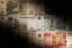 Рублевые банкноты. Москва, 30 сентября 2014 года. Рубль утром среды вырос к евро и снизился к доллару, отражая динамику пары евро/доллар на форексе в условиях превалирования потоков на продажу экспортной выручки под уплату налогов, перебивающих пока слабый внутренний спрос и ежедневную покупку $200 миллионов Центробанком. REUTERS/Maxim Zmeyev