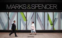 Магазин M&S в Лондоне. 8 июля 2014 года. Британский ритейлер Marks & Spencer получил первую за четыре года прибыль и пообещал вернуть излишнюю денежную наличность акционерам. REUTERS/Suzanne Plunkett