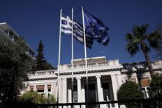 Una bandera nacional griega ondea en una residencia oficial en Atenas, el 13 de mayo de 2015. Grecia no realizará un pago de deuda al Fondo Monetario Internacional que vence el próximo 5 de junio si para entonces no hay un acuerdo con sus acreedores internacionales, dijo el miércoles el portavoz del Gobierno en el Parlamento heleno.  REUTERS/Alkis Konstantinidis