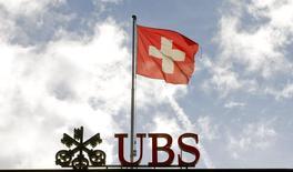 La bandera nacional de Suiza ondea sobre el logo del Banco suizo UBS, en Zurich, 12 de junio de 2013. UBS dijo el miércoles que resolvió extrajudicialmente una investigación de las autoridades estadounidenses sobre la supuesta manipulación de los mercados de divisas y aceptó pagar 545 millones de dólares en multas combinadas, al tiempo que se declaró culpable de un cargo de fraude electrónico en una cuestión separada. REUTERS/Arnd Wiegmann/Files