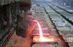 El proceso de vertido de níquel líquido en la planta metalúrgica Nadezhda en Norilsk, Rusia, ene 23 2015. El níquel se recuperó el miércoles para terminar con una leve alza, tras caer a su mínimo nivel en casi un mes debido a que las existencias en la Bolsa de Metales de Londres anotaron otro récord y la demanda del sector de acero inoxidable en China permaneció débil. REUTERS/Polina Devitt