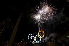 O Rio de Janeiro inaugurou nesta quarta-feira o maior símbolo do evento, os aros olímpicos, no Parque Madureira, em cerimônia com show de luzes e fogos de artifício. 20/05/2015 REUTERS/Ricardo Moraes