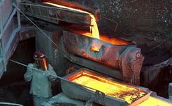 Un trabajador revisando un proceso en la planta refinadora de cobre Ventanas de la estatal Codelco en Ventanas, Chile, 7 de enero de 2015. El cobre subía el jueves desde el mínimo de tres semanas de la sesión previa, ayudado por un dólar más fuerte y por las esperanzas de que datos flojos en las manufacturas de China lleven a Pekín a tomar más medidas de estímulo para su economía. REUTERS/Rodrigo Garrido