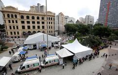 Brasileños desempleados hacen fila antes de llenar solicitudes de empleo, en Sao Paulo, 11 de mayo de 2015. La tasa de desempleo de Brasil subió en abril por cuarto mes consecutivo y alcanzó un 6,4 por ciento, su mayor nivel en casi cuatro años, dijo el jueves el estatal Instituto Brasileño de Geografía y Estadística (IBGE). REUTERS/Paulo Whitaker