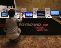 Una mujer prueba una tablet Lenovo en muestra durante una conferencia de prensa para anunciar los resultados anuales de la compañía, en Hong Kong, 21 de mayo de 2014. Lenovo Group Ltd, el mayor fabricante mundial de computadoras por volumen de ventas, dijo el jueves que su ganancia neta anual subió 1 por ciento, a 829 millones de dólares, apenas por debajo de las previsiones de analistas, ante la intensa competencia en el mercado de teléfonos inteligentes de China. REUTERS/Bobby Yip