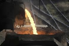 Una máquina vertiendo acero en una fundición en Concepción, Chile, dic 9 2014. La producción global de acero crudo cayó un 1,7 por ciento en abril con respecto al mismo mes del año pasado debido a una disminución en grandes regiones como América del Norte y China, que producen la mitad del acero mundial, mostraron el viernes datos de la industria. REUTERS/Jose Luis Saavedra