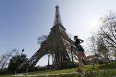 La torre Eiffel en París, abr 8 2015. La Torre Eiffel cerró el viernes temporalmente por una huelga de la mayoría de sus trabajadores en demanda de más control policial contra una red de carteristas que ronda el monumento parisino, dijeron encargados del monumento y sindicatos.   REUTERS/Gonzalo Fuentes