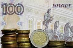 Монеты валюты евро на фоне рублевой купюры в Зенице 21 апреля 2015 года. Рубль в плюсе на торгах понедельника за счет предложения валютной выручки экспортерами, которым необходимо рассчитаться по последнему майскому налогу, при этом активность, в том числе и спрос на валюту, может быть низкой из-за закрытых рынков Европы и США. REUTERS/Dado Ruvic