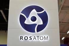 Логотип Росатома на Всемирной атомной выставке в Ле-Бурже 14 октября 2014 года. Российский фонд прямых инвестиций (РФПИ) думает помочь Росатому с финансированием строительства первой атомной станции в Египте, приобретя миноритарную долю в проекте, сообщил в понедельник фонд. REUTERS/Benoit Tessier