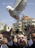 Presidente da Fifa, Joseph Blatter, solta uma pomba durante visita, na semana passada, a um vilarejo da cidade de Ramallah, na Cisjordânia 20/05/ 2015. REUTERS/Mohamad Torokman