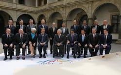 Fotografía grupal de los ministros de Finanzas de las potencias económicas del Grupo de los Siete (G-7) en Dresden, Alemania, mayo 28 2015. Los ministros de Finanzas de las potencias económicas del Grupo de los Siete (G-7) se reunieron el jueves para discutir cómo reactivar a la alicaída recuperación global, mientras Estados Unidos se apoya en los esfuerzos de Europa para evitar una bancarrota en Grecia. REUTERS/Fabrizio Bensch