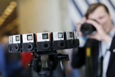En la foto, 16 cámaras GoPro montadas para crear una visión de 360 grados en una conferencia de San Francisco, el 28 de mayo de 2015. GoPro Inc y Google Inc presentaron el jueves un sistema de realidad virtual que utiliza 16 cámaras de video y software del gigante de Sillicon Valley. REUTERS/Robert Galbraith