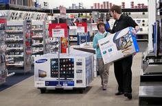 Un empleado ayuda a un cliente, con un televisor en la tienda Best Buy, en Denver, 14 de mayo de 2015. La confianza del consumidor estadounidense cayó en mayo, mostró un sondeo publicado el viernes. REUTERS/Rick Wilking