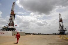L'offre de pétrole de l'Opep a encore augmenté en mai pour atteindre son niveau le plus élevé depuis plus de deux ans, a établi Reuters à partir des données de compagnies pétrolières, de l'Opep et de consultants. Elle a atteint 31,22 millions de barils par jour contre 31,16 millions (révisé) en avril, dépassant ainsi l'objectif officiel de 30 millions de barils de l'Organisation des pays exportateurs de pétrole. /Photo d'archives/REUTERS/Carlos Garcia Rawlins