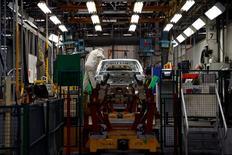 L'activité dans le secteur manufacturier s'est à nouveau contractée en mai en France, mais à son rythme le plus faible depuis un an grâce notamment à une petite hausse des commandes à l'export, selon les résultats définitifs de l'enquête mensuelle auprès des directeurs d'achat publiés lundi par Markit. L'indice global du secteur est ressorti à 49,4 contre 48,0 un mois plus tôt. /Photo d'archives/REUTERS/Benoît Tessier
