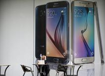 Un hombre habla por teléfono frente a un cartel gigante que promociona el nuevo smartphone Galaxy S6, de Samsung, en Seúl, Corea del Sur, 28 de abril de 2015. Las ventas de la última versión de los teléfonos avanzados de Samsung, el Galaxy S6, sumaron 6 millones de unidades hasta fines de abril, menos de un mes después de su lanzamiento, dijo el martes la firma de investigación Counterpoint. REUTERS/Kim Hong-Ji