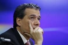 El ministro de Finanzas de Perú, Alonso Segura, da una entrevista en una estación de radio local en Lima, 14 de septiembre de  2014. La economía peruana se encuentra en fase de recuperación y se espera que haya crecido cerca de un 4 por ciento en abril, un importante avance debido al repunte de los sectores primarios, dijo el martes el ministro de Economía, Alonso Segura. REUTERS/Mariana Bazo