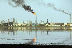 НПЗ в Басре 20 мая 2004 года. Министр нефти Ирака Адель Абдель Махди сообщил во вторник, что видит признаки улучшения на нефтяном рынке, присоединившись к другим представителям стран ОПЕК, кто настроен оптимистично в преддверии саммита картеля. Zohra Bensemra / Reuters
