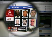 Fotografia ilustrativa do site da Interpol com as fotos dos procurados.    03/06/2015    REUTERS/Pawel Kopczynski