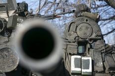 Боец сил пророссийских сепаратистов самопровозглашенной ДНР на танке на дроге из Углегорска в Дебальцево 18 февраля 2015 года. Сепаратисты начали наступление с помощью танков и артиллерии на позиции украинских правительственных сил к западу от Донецка на фоне эскалации конфликта на востоке, сказал представитель военных в среду. REUTERS/Baz Ratner