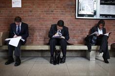 Personas buscando empleo se preparan para la apertura de una feria de trabajos en la Universidad Rutgers, en Nueva Jersey, 6 de enero de 2011. Los empleadores privados de Estados Unidos sumaron 201.000 puestos de trabajo en mayo, comparado con una lectura revisada a la baja de 165.000 posiciones en abril, que fue la menor desde enero de 2014, mostró el miércoles un reporte de una firma procesadora de nóminas. REUTERS/Mike Segar