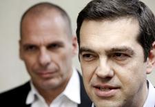 Premiê grego, Alexis Tsipras, acompanhado do ministro das Finanças, Yanis Varoufakis, em Atenas 27/5/2015  REUTERS/Alkis Konstantinidis