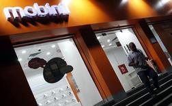 Orange envisage de réduire sa participation dans sa filiale égyptienne Mobinil, en mettant 10 à 15% de ses actions en vente à la Bourse du Caire ou en cédant une participation à un partenaire local en 2016.  /Photo d'archives/REUTERS/Mohamed Abd El-Ghany