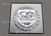 El logo del Fondo Monetario Internacional, en la sede del organismo en Washington, 18 de abril de 2013. El Fondo Monetario Internacional pidió el jueves a la Unión Europea que simplifique sus normas presupuestarias para limitar la discrecionalidad en su aplicación y enfocarse en bajar la deuda pública. REUTERS/Yuri Gripas
