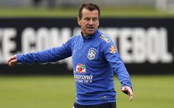 Técnico Dunga, da seleção brasileira, durante treino da equipe na Granja Comary, em Teresópolis. 03/06/2015 REUTERS/Sergio Moraes