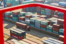 Le port de Lianyungang, dans la province chinoise de Jiangsu. Les exportations chinoises ont reculé moins que prévu en mai tandis que les importations ont baissé beaucoup plus que prévu, ce qui se traduit par un excédent commercial supérieur aux attentes, selon des données publiées lundi par les services de douanes. /Photo prise le 23 janvier 2015/REUTERS/China Daily