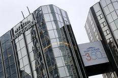 La société de capital-investissement Apollo Global Management a remporté l'appel d'offres pour racheter Verallia, la filiale de conditionnement de verre mise en vente par Saint-Gobain, selon une source proche du dossier. /Photo d'archives/REUTERS/Jacky Naegelen