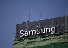 Samsung Electronics prévoit de proposer des fonctions de paiement par mobile, via la technologie sans contact NFC, sur une nouvelle montre connectée qui sortira au second semestre, rapporte lundi le journal sud-coréen Electronic Times en citant des sources anonymes. /Photo prise le 23 mars 2015/REUTERS/Kim Hong-Ji