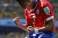 Alexis Sánchez comemora gol marcado pelo Chile contra o Brasil na Copa do Mundo de 2014. 28/06/2014 REUTERS/Eric Gaillard