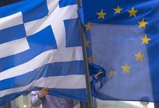 La nouvelle proposition de réformes que la Grèce a transmise aux institutions représentant ses créanciers n'est pas suffisante pour débloquer les négociations sur l'octroi d'une nouvelle aide financière à Athènes, ont dit mardi des responsables européens. /Photo prise le 19 février 2015/REUTERS/Yves Herman