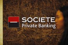 La justice américaine a annoncé mardi avoir conclu des accords amiables avec Société générale Private Banking SA et la Banque cantonale bernoise (BCBE) dans le cadre de son programme pour les banques suisses. /Photo d'archives/REUTERS/Edgar Su