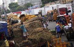 Funcionários descarregam abacaxis e transportam alimentos na Ceagesp. 25/02/2015 REUTERS/Nacho Doce