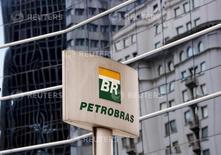 """El logo de Petrobras frente a la sede de la compañía en Sao Paulo, 23 de abril de 2015. Será """"muy difícil"""" que la petrolera estatal brasileña Petrobras termine y presente su plan de inversión 2015-2019 a la junta directiva para el 26 de junio, como estaba planeado originalmente, dijo el miércoles un funcionario de la compañía. REUTERS/Paulo Whitaker"""