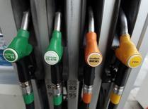 Surtidores de gasolina en una gasolinera en Niza, 5 de diciembre de 2014. La demanda mundial de petróleo aumentará mucho más que lo esperado este año, dijo el jueves la Agencia Internacional de Energía (AIE), en la señal más reciente de que el colapso de los precios del crudo está ayudando a impulsar el uso de combustible. REUTERS/Eric Gaillard