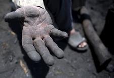 El Hag Mohamed, de 70 anos, mostra mão suja de carvão em fábrica perto do Cairo. 07/05/2015 REUTERS/Amr Abdallah Dalsh