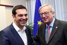 El primer ministro griego, Alexis Tsipras (izqda.), junto al presidente de la Comisión Europea, Jean-Claude Juncker, en una reunión en Bruselas, Bélgica, 11 de junio de 2015. Las negociaciones estancadas entre Grecia y sus acreedores se reanudarán, dijo el viernes el presidente de la Comisión Europea Jean-Claude Juncker, agregando que ahora depende de Atenas dar el siguiente paso. REUTERS/Emmanuel Dunand/Pool