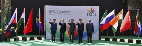 Foto de archivo de los presidentes de los países de mercados emergentes (BRICS) saludando durante una cumbre en Nueva Delhi, 29 de marzo de 2012. Los fondos de renta variable de los mercados emergentes sufrieron sus mayores salidas de dinero desde la crisis financiera de 2008 en la semana al jueves, debido a que los inversores se preparan para una posible alza de tasas de interés en Estados Unidos este año, la primera en casi una década. REUTERS/B Mathur