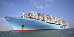 El nuevo Canal de Suez de Egipto abrirá el 6 de agosto, dijo el sábado el presidente de la autoridad del canal. En la imagen de archivo, un barco de carga de Edith Maersk atraviesa el Canal de Suez, Egipto, el 5 de octubre de 2012. REUTERS/Stringer