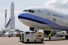 Au 51e salon du Bourget. La moisson de commandes d'avions attendue au salon du Bourget va encore accroître la pression qu'Airbus et Boeing font peser sur les fournisseurs aéronautiques pour accélérer leurs cadences de production, estiment des analystes. /Photo prise le 13 juin 2015/REUTERS/Pascal Rossignol