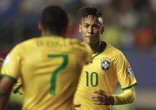 Douglas Costa comemora gol do Brasil com Neymar em jogo contra o Peru.  REUTERS/Ricardo Moraes