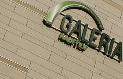 Metro a annoncé la cession de sa chaîne de grands magasins Galeria Kaufhof au canadien Hudson's Bay pour 2,825 milliards d'euros, une transaction qui permettra au géant de la distribution allemand de se concentrer sur les segments ventes aux professionnels et électronique grand public. /Photo d'archives/REUTERS/Kai Pfaffenbach