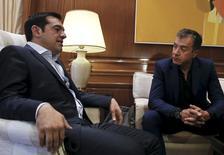 Premiê da Grécia, Alexis Tsipras (esquerda), durante encontro com o líder do partido de centro, To Potami, Stavros Theodorakis.   16/06/2015    REUTERS/Alkis Konstantinidis