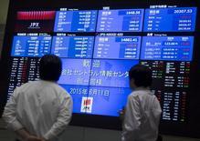 Hombres miran las pantallas que muestran los índices de mercado en la Bolsa de Tokyo, 11 de junio de 2015. Las bolsas de Asia caían el martes mientras los inversores se preparan para la posibilidad de que Grecia caiga en un impago de su deuda, y una reunión de dos días de la Reserva Federal de Estados Unidos que comenzará más tarde en el día también generaba cautela. REUTERS/Thomas Peter